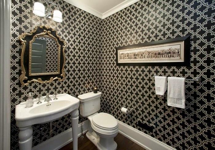Вариант отделки стен ванной комнаты обоями
