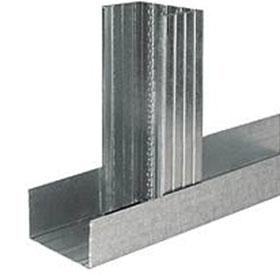 Вертикальная планка алюминиевого профиля входит в направляющую