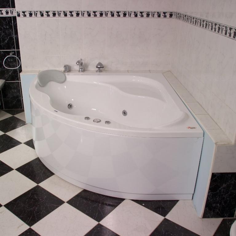 Угловые ванны – необычный функциональный элемент дизайна комнаты
