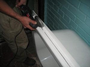 акриловый вкладыш в ванную установка