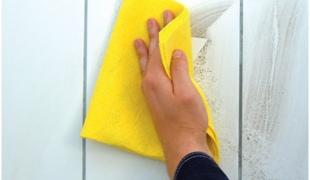Очищаем кафель в ванной с помощью спиртового раствора