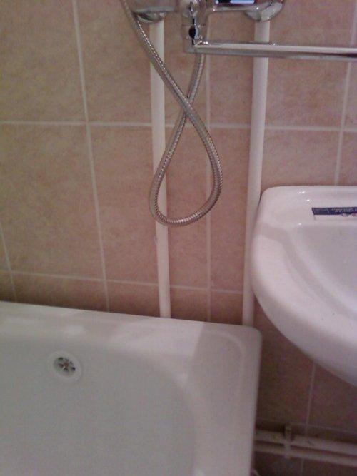 чем заделать щель между стеной и ванной