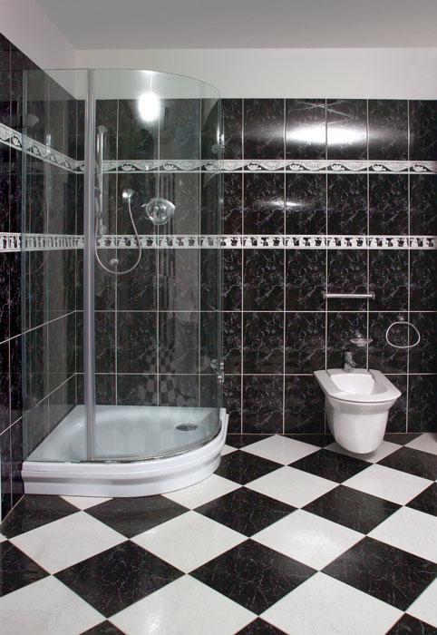 Ванная комната выполнена в черно-белых тонах