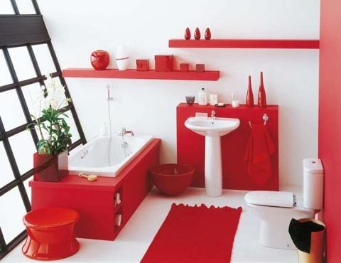 Красно-белая ванная, совмещенная с туалетом