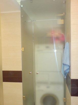 Стеклянную дверь несложно приспособить даже для небольшого помещения