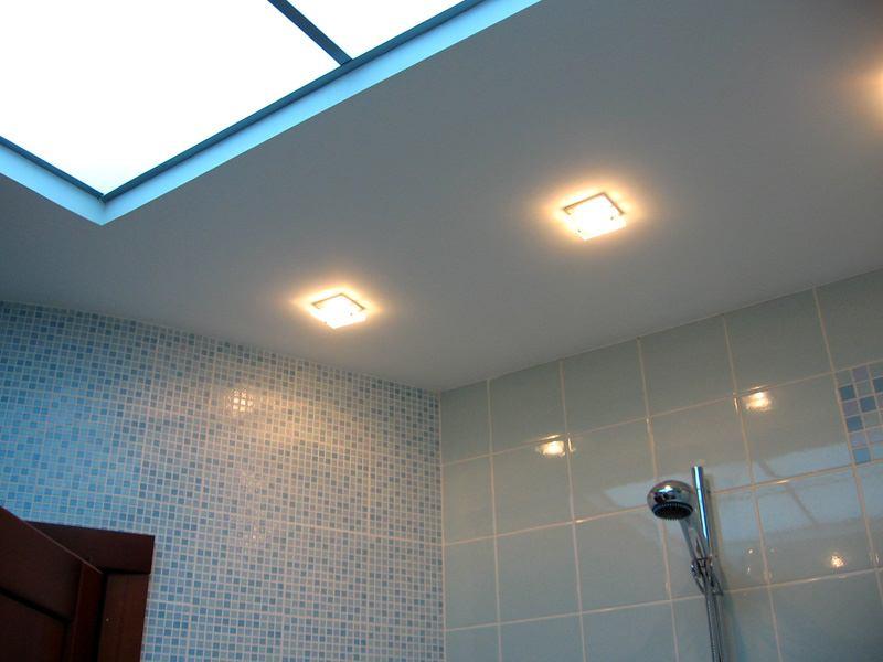 Гипсокартонный потолок со встроенными светильниками