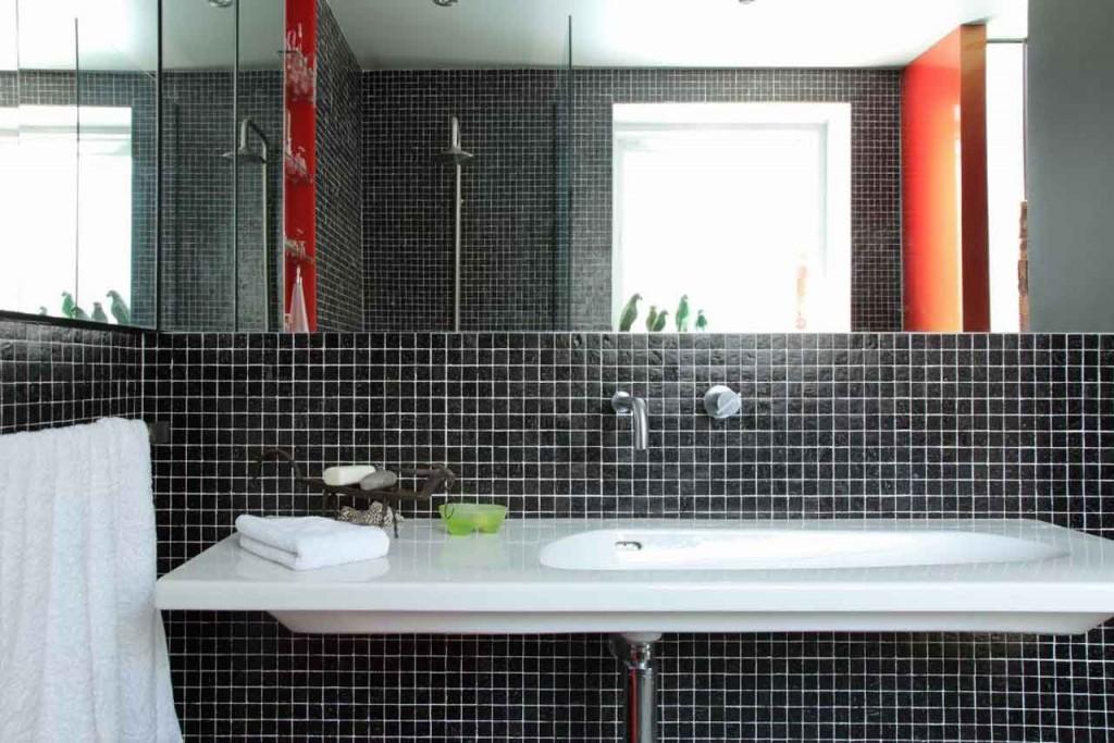 Использование черного и красного цветов для ванной комнаты