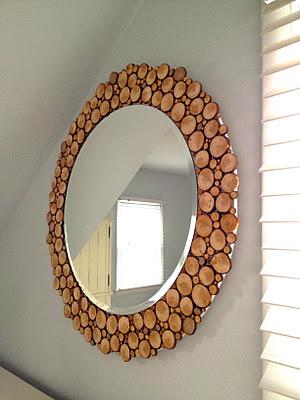 Декор зеркала древесными спилами разных диаметров