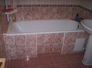 Обложенная плиткой ванна