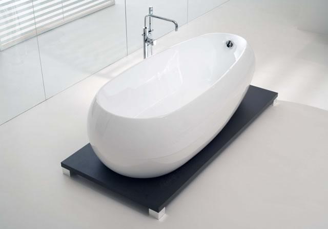 Овальная ванна с обтекаемыми формами гармонично смотрится в любом интерьере