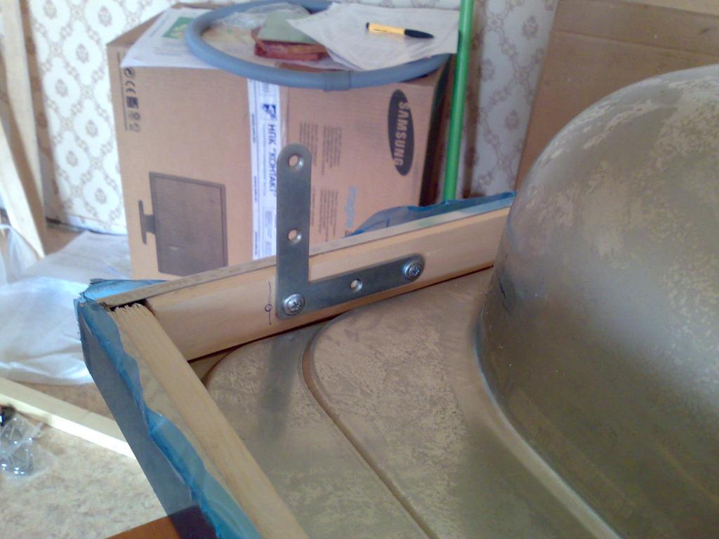Мойка для ванной с тумбой может быть соединена при помощи шурупов и металлического уголка таким вот образом