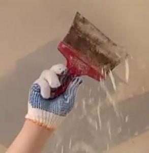 Зачистка потолка в ванной с помощью шпателя