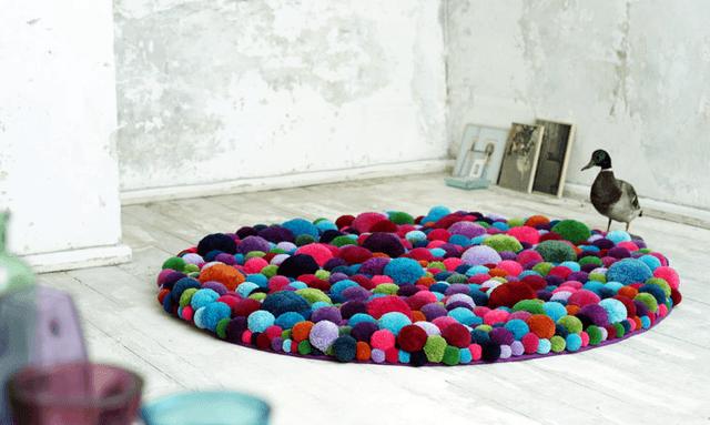 Коврик из разноцветных тканевых мешочков