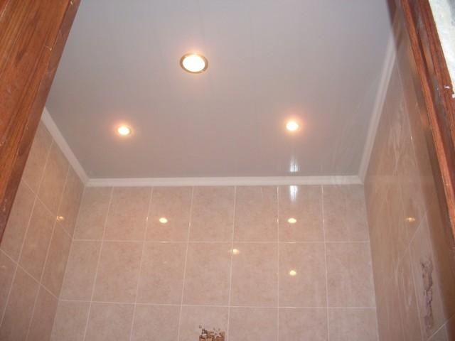 Варианты отделки потолка ванной комнаты