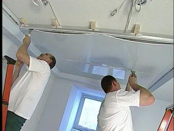 Разравнивание потолка резиновым шпателем