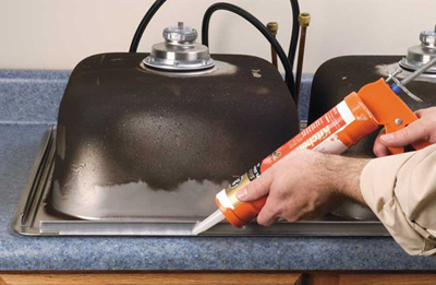 Раковина в ванную со столешницей герметизируется при помощи твердеющего влагостойкого герметика