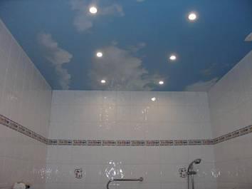 Натяжной потолок – практично и красиво.