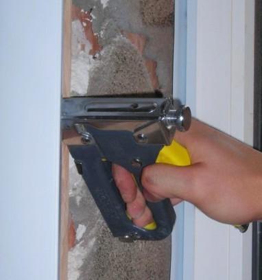 Панели можно крепить к обрешетке при помощи степлера