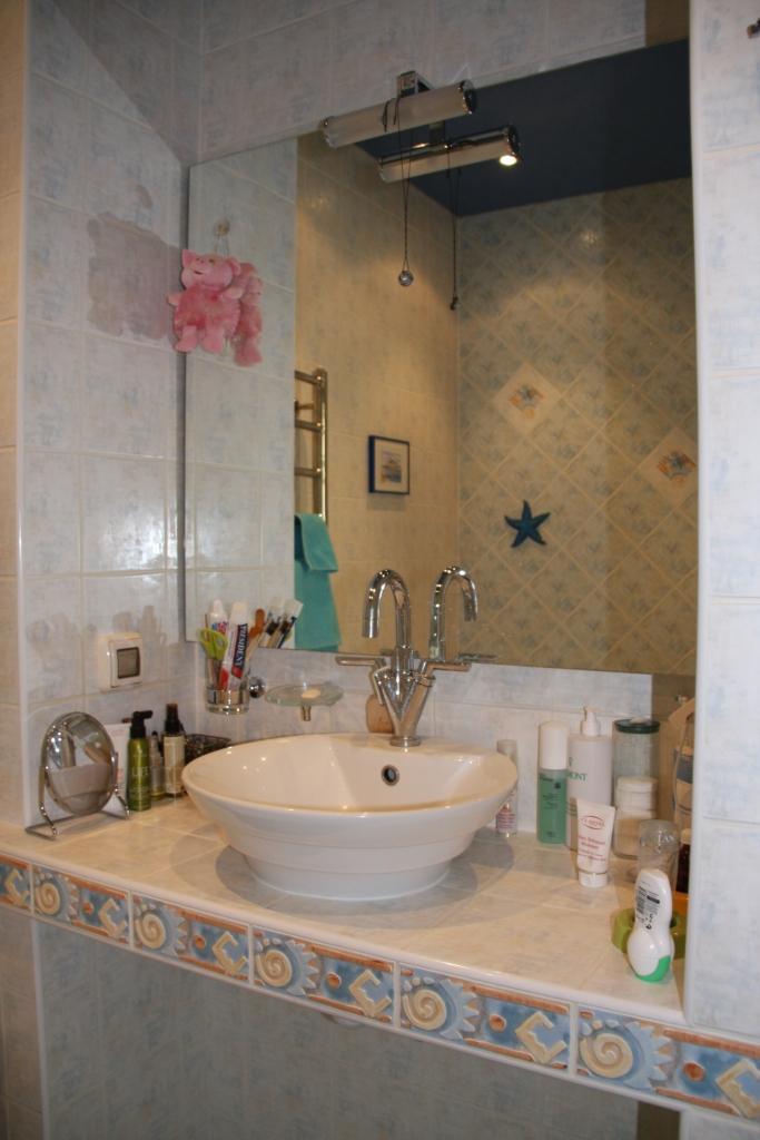 Столешница в ванной в нише с большим зеркалом