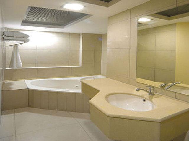 Просторная ванная с раковиной, встроенной в тумбу