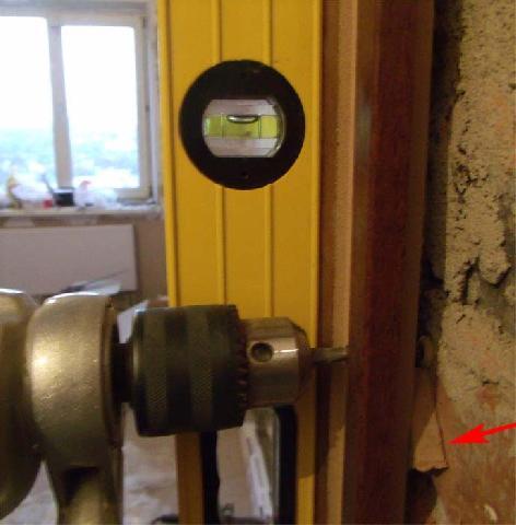 установка двери в ванной видео