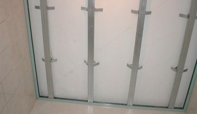 Установка направляющих из профилей на потолке ванной