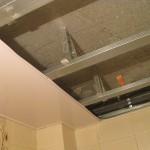 установка первого элемента пластикового потолка