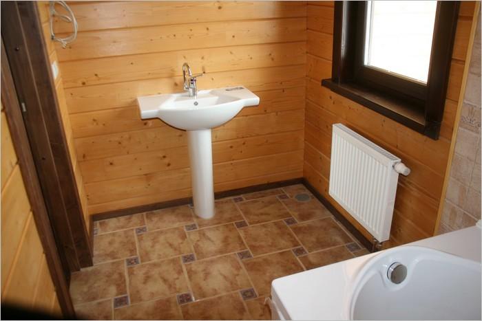 в деревянном доме ванная комната