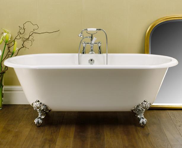 Ванна в стиле прованс имеет плавные формы и ножки цвета благородного металла