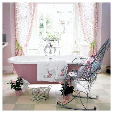 Большое и не занавешенное окно – основное освещение для ванной-прованс