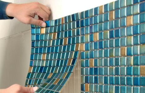 Ванная: мозаика обычно продается отдельными фрагментами на бумаге для облегчения ее укладки