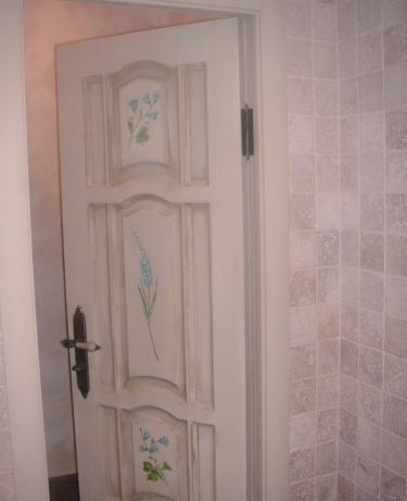 Дверь в ванную в стиле прованс