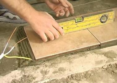 видео укладка плитки в ванной