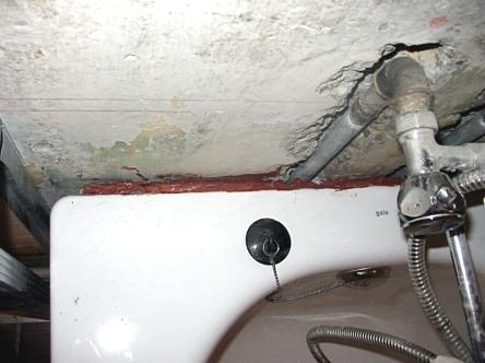 Заделка шва между ванной и стеной