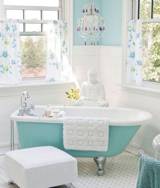 Акриловая ванна окрашена в бирюзово-голубой цвет
