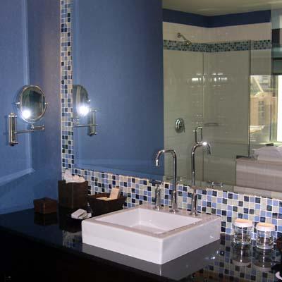 Большое зеркало идеально впишется в дизайн совмещенного маленького санузла