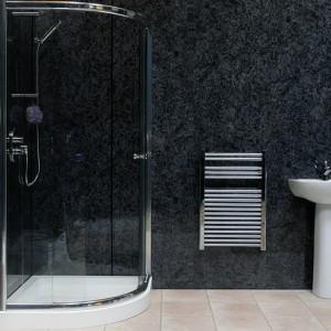 Дизайн ванной комнаты в брежневке в черном цвете