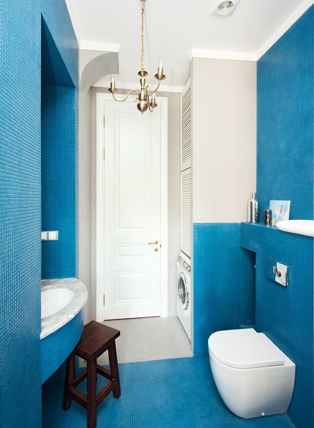 Голубая мозаика в отделке стен ванной комнаты