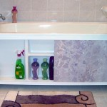 на полочках экрана под ванной поместится множество хозяйственных мелочей