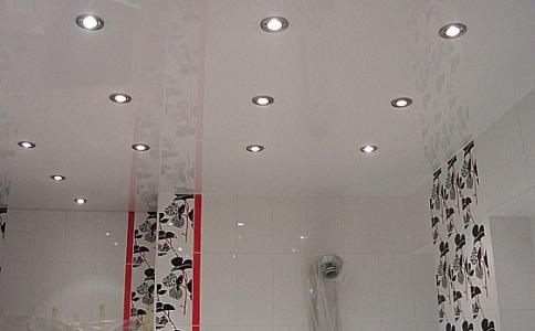 Натяжной потолок в ванной с евроремонтом