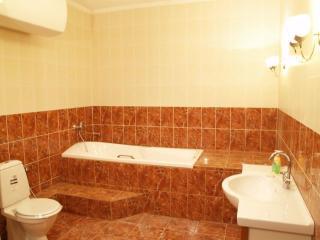 Комбинированная отделка ванной комнаты плиткой и пластиком