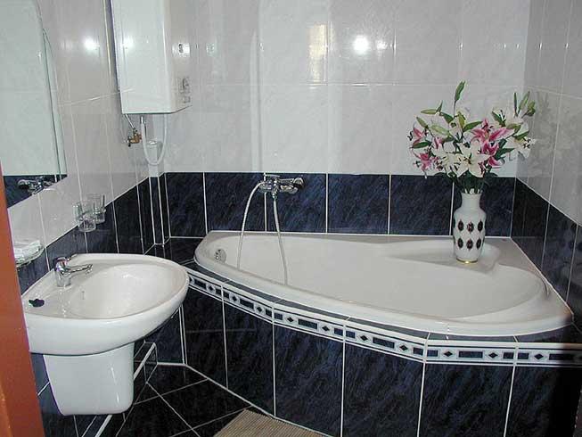 Угловая ванна освобождает пространство возле умывальника