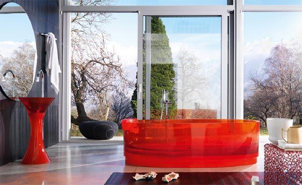 Стеклянная ванна в интерьере ванной комнаты