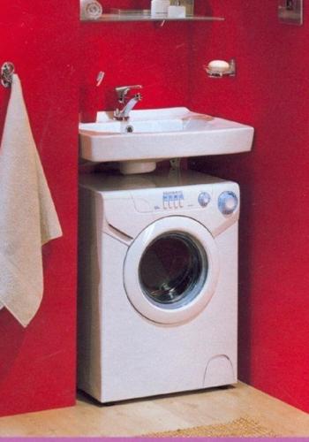 Стиральная машинка замечательно смотрится под умывальником