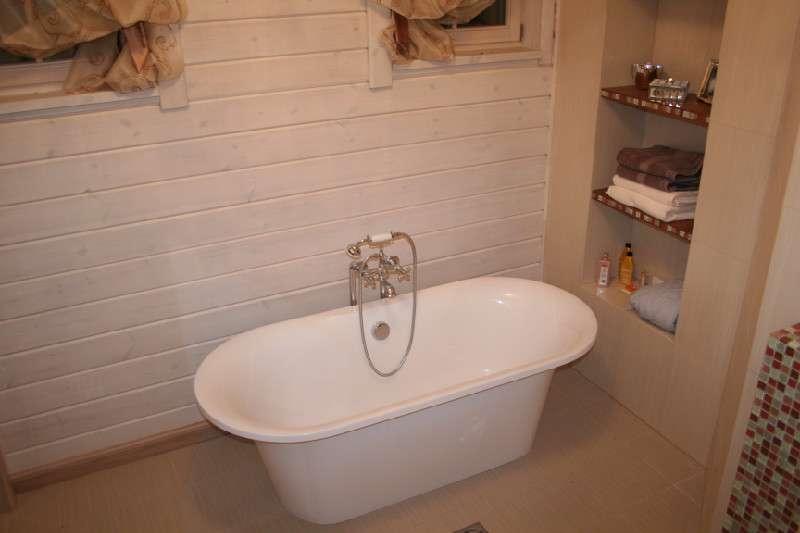 Полки в нише сделают пространство ванной комнаты более функциональным