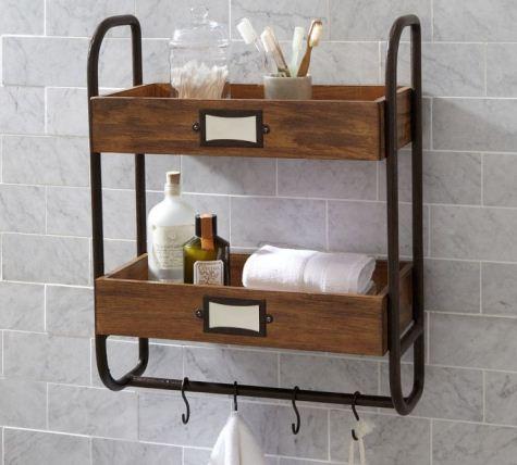 Деревянная полочка с крючками для полотенец придает ванной комнате особый классический стиль, совмещая практичность и элегантность