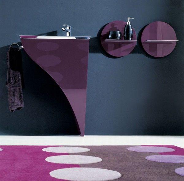 Асимметричность комбинированной полочки выразительно подчеркивает стиль модерн