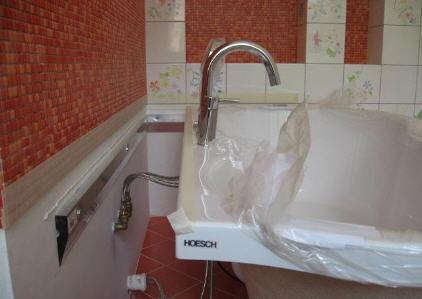 полочка между ванной и стеной