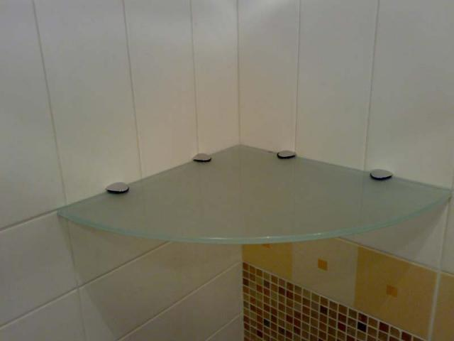 Стеклянная полочка своими руками для ванной с простой системой крепления – это по силам и новичку-любителю.