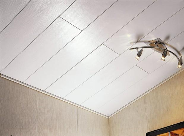 Потолок облицован пластиковыми панелями